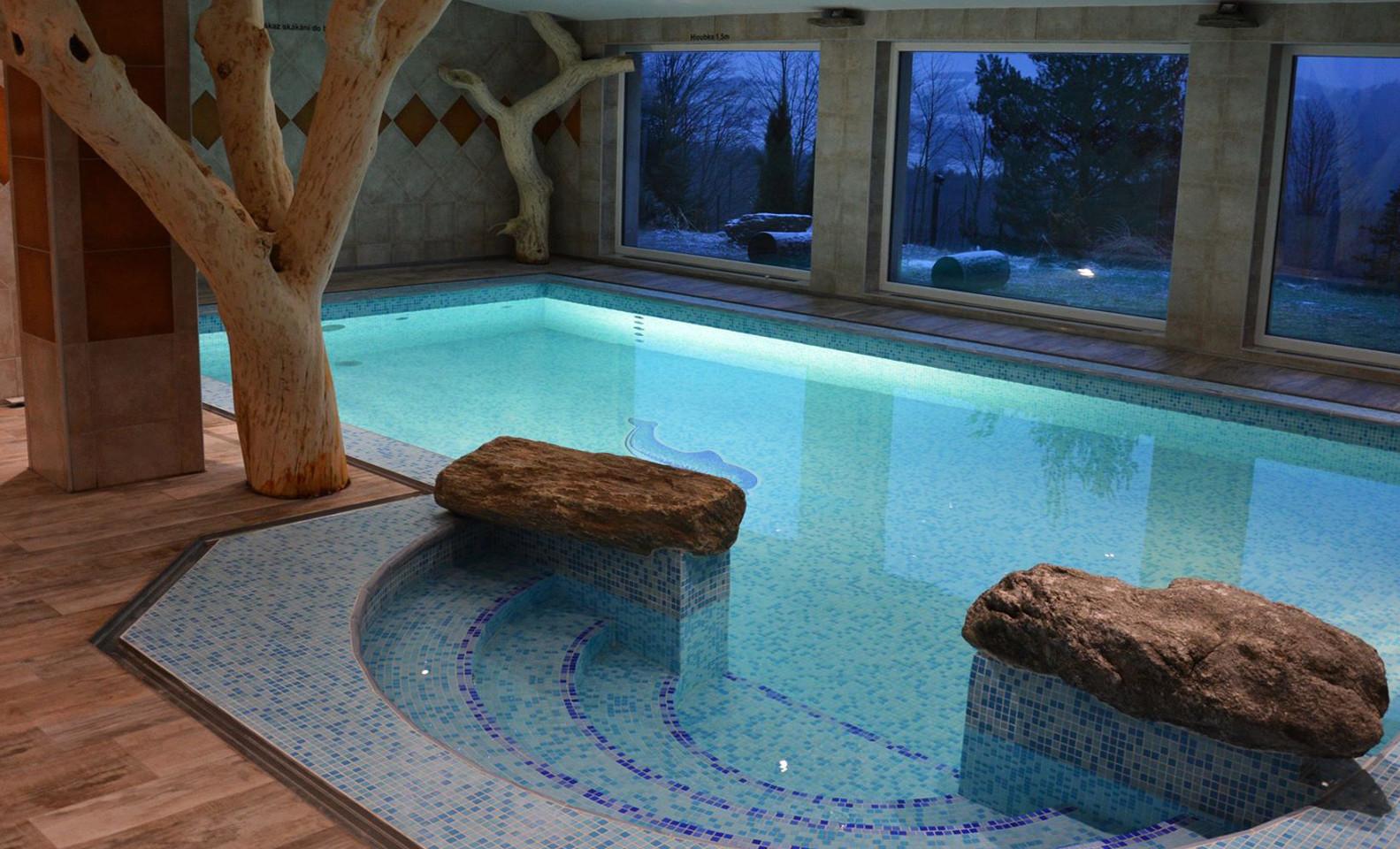 Hotel Podlesí s polopenzí, bazénem, vířivkou či masáží, ubytováním v krásném pokoji Lux a vstupem do pohádkové vesničky