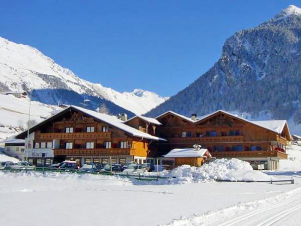 Italské Alpy v hotelu s polopenzí, saunou a bazénem + víno, svařák a výlet s průvodcem