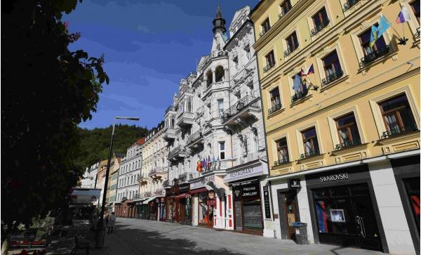 Hotel Palacký v Karlových Varech s výhledem na historické centrum, polopenzí a vstupem do Alžbětinských lázní