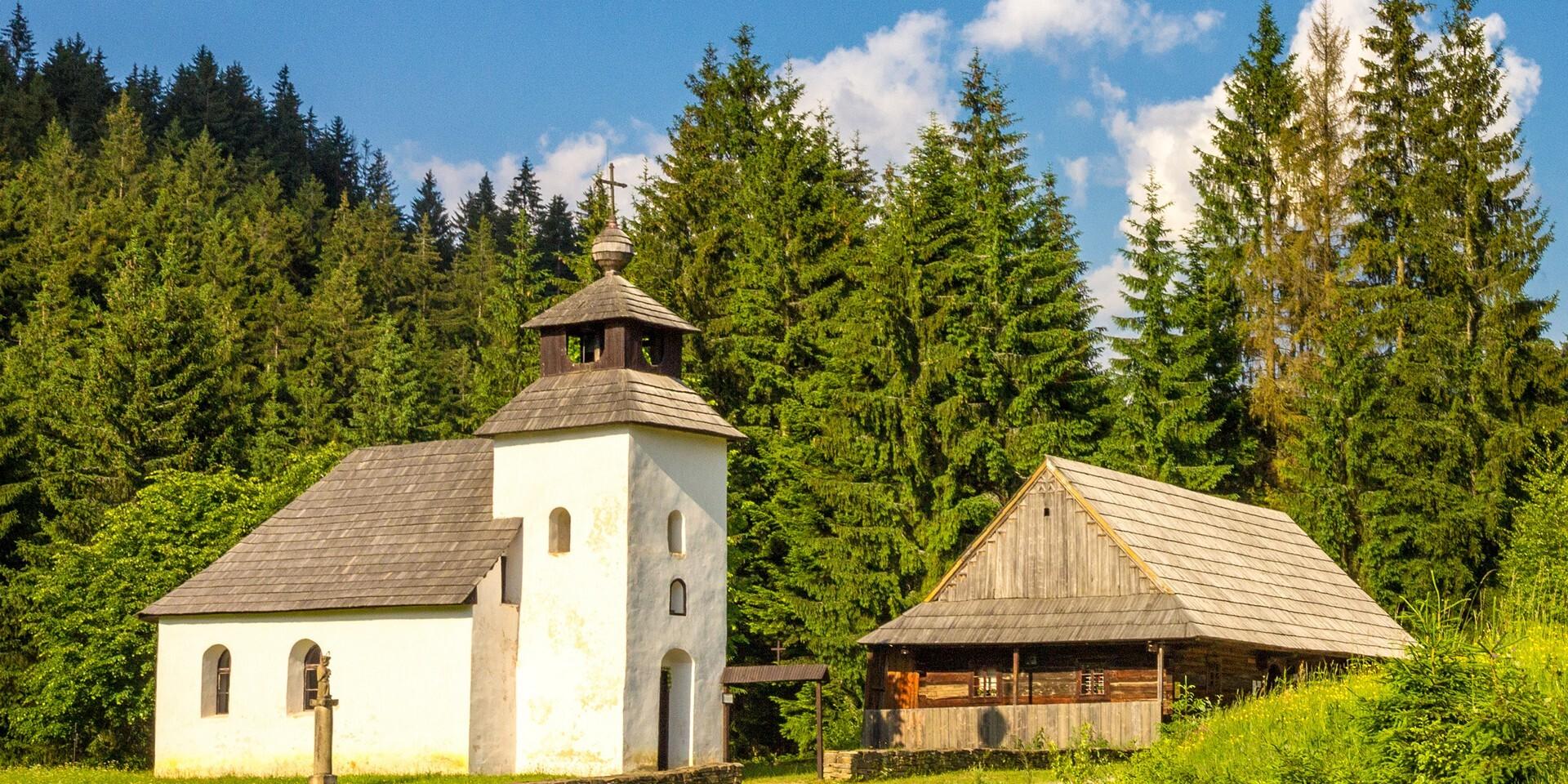 Vstupy do skanzenu Vychylovka s výjimečnou atmosférou a unikátním historickým úvraťovým vláčkem