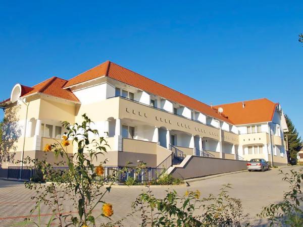 Kehidakustány nedaleko Balatonu v aparthotelu se saunou neomezeně, bowlingem a snídaní
