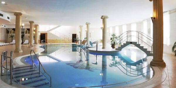 Nekončící odpočinek v Karlových Varech v hotelu Bristol**** s neomezeným wellness, polopenzí a platností do března 2021 + Valentýnské balíčky