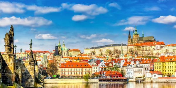 Pražské památky jako na dlani z luxusního hotelu The Golden Wheel Hotel**** na historické Nerudově ulici se snídaní
