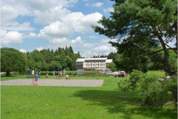Letní radovánky na Vysočině s ubytováním v depandance hotelu Renospond s přírodním koupalištěm, polopenzí a variantami s vířivkou či procedurami