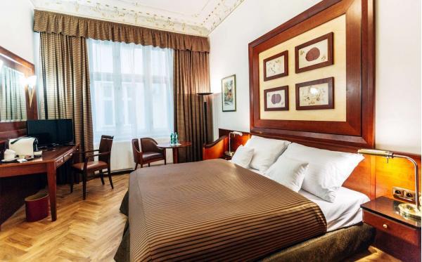 Lázeňské město Karlovy Vary jako na dlani z nového La Bohemia Hotel naproti Vřídelní kolonádě s ubytováním v designovým pokojích a snídaní