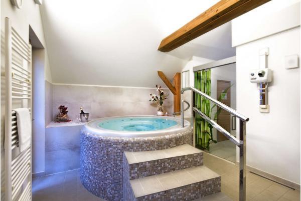 Romantická dovolená pro dva v moderním Hotelu Tvrz Orlice s historickou atmosférou, polopenzí, zapůjčením loďky, vstupem do privátního wellness a relaxační masáží