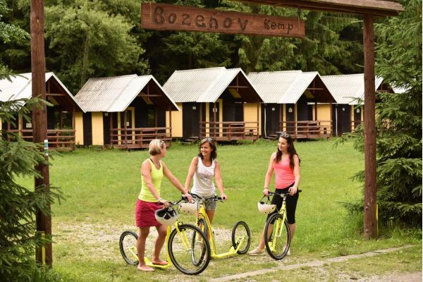 Ubytování v chatkách pro až 4 osoby ve Sport & Relax areál Bozeňov poblíž přehrady a 50% slevou do adrenalin parku