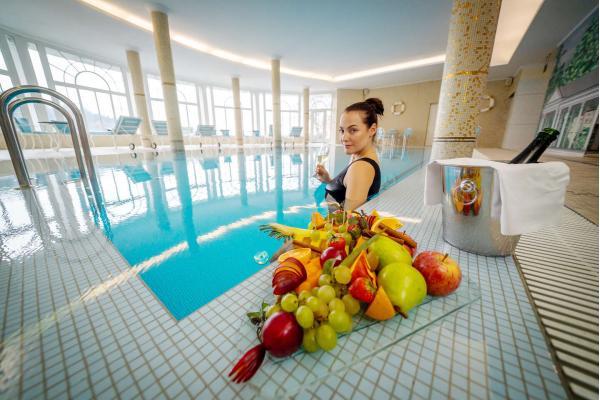 Lázeňské rozmazlování v luxusním wellness hotelu Esplanade Spa & Golf Resort***** se snídaněmi, romantickou večeří, neomezeným využitím bazénu a návštěvou privátních Římských lázní
