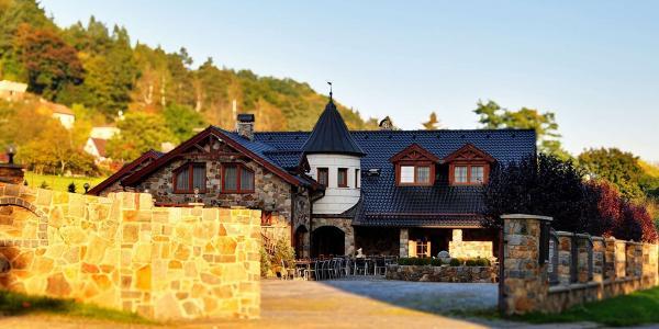 Radost na Sázavě jen kousek od Prahy v kouzelném Zámečku Kaliště s polopenzí, lahví vína a platností až do května 2021