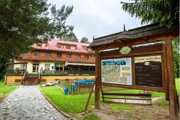 Zážitková dovolená v nedotčené beskydské přírodě s ubytováním v hotelu Cherry s polopenzí, vstupem do solné jeskyně i dítětem do 10 let zdarma u blízké přehrady