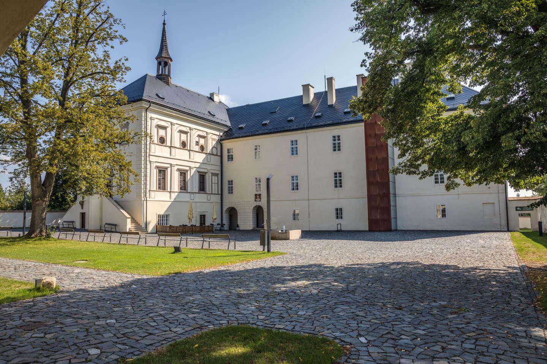 Netradiční ubytování v Hotelu & Zámku Svijany se snídaní a variantami s masáží, prohlídkou pivovaru a hrou Arcana, platnost do konce roku 2020