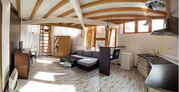 Hotel Petr *** přímo na kolonádě Karlových Varů pro dva se snídaní či polopenzí, vstupem do bazénu nebo vínem