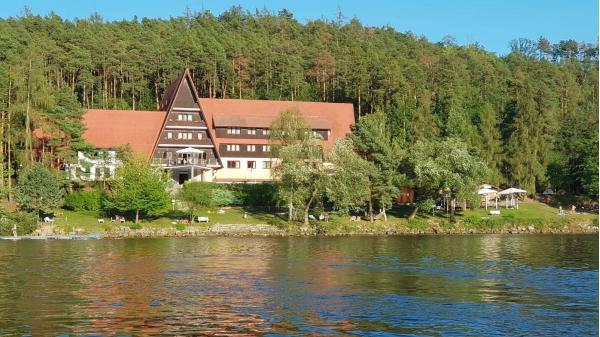 Podzimní dovolená u českého moře v Hotelu Laguna přímo u slapské přehrady s vlastní pláží, polopenzí a zapůjčením paddleboardu na 2 hodiny