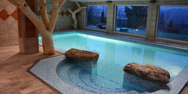 Barevný podzim v Hotelu Podlesí s polopenzí, bazénem, ubytováním v krásném pokoji Lux, vstupem do pohádkové vesničky Podlesíčko a platností do února 2021