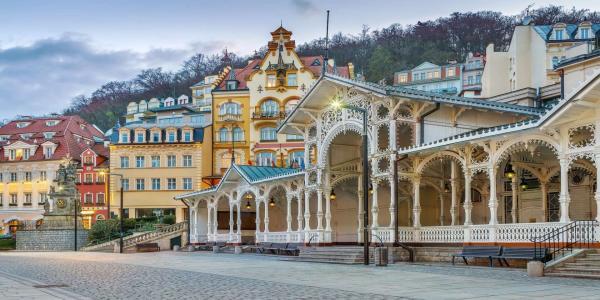 Luxusní péče v hotelu Panorama Spa Sanatorium v centru Karlových Varů s lázeňským balíčkem wellness procedur a tradicí již od roku 1845