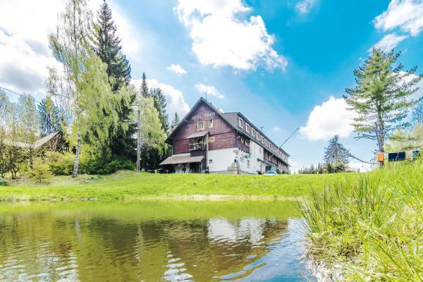 Pohodová dovolená v hotelu Maxov v krajině Jizerských hor s polopenzí, vstupem do sauny pro celou rodinu a platností do listopadu 2021!