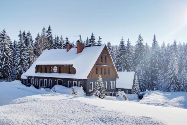 Zimní radovánky v Jizerských horách z hotelu Perla Jizery s polopenzí a saunou pro 2 osoby v blízkosti lyžařských areálů a běžeckých tras