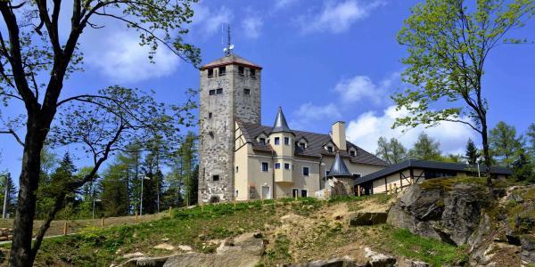 Unikátní hotel Liberecká výšina s rozhlednou s výhledem na Liberecko a široké okolí s polopenzí a dárkem na památku a platností až do června 2021