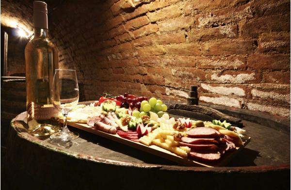 Zimní vinařský pobyt ve všední dny na jižní Moravě v penzionu U Palečků s vinným sklepem, neomezenou konzumací vybraných vín s bohatým rautem a wellness