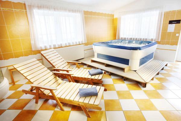 Dokonalý odpočinek v Hotelu Akademie**** ve vinařské obci Velké Bílovice na jižní Moravě s privátním wellness a snídaní