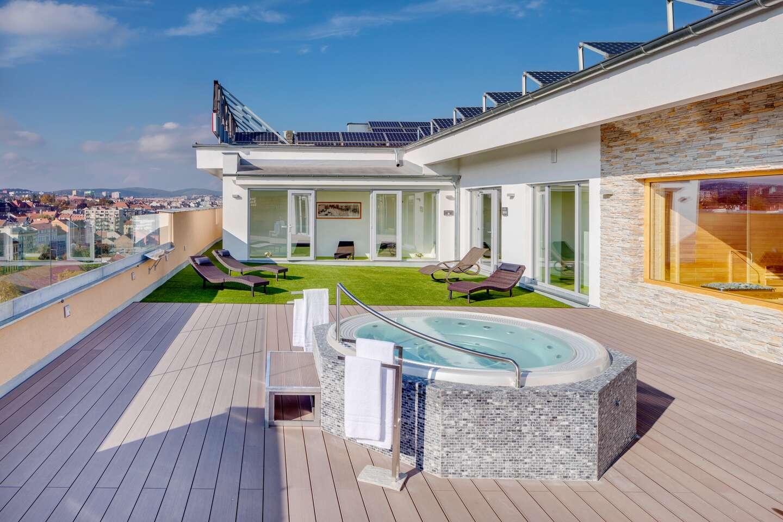 Ubytování se snídaní, 2 hodinovým wellness a volným vstupem do relaxačního střediska na střeše hotelu Avanti **** v Brně