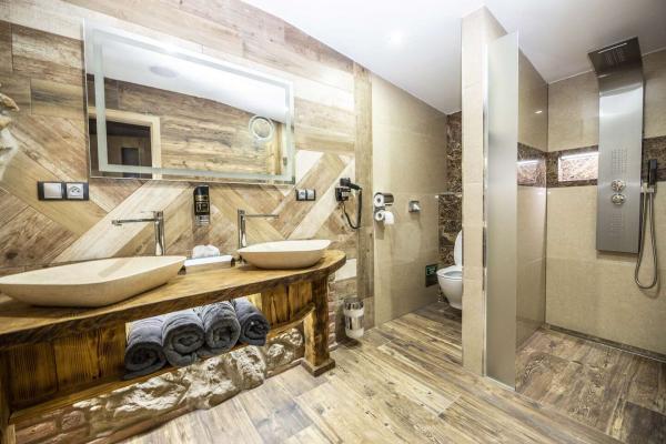 Romantické ubytování v Pekle Čertovina v hotelu Kocourkov s polopenzí, vířivkou a slevou do Pohádkové vesničky