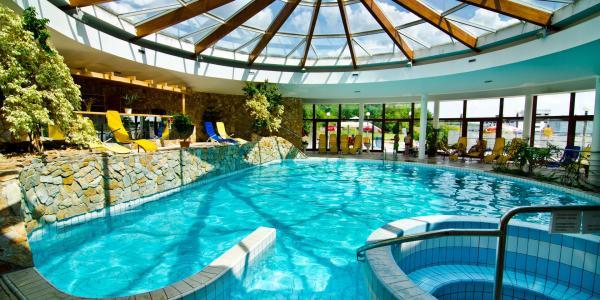 Neomezený relax v bazénu, lázeňské procedury a chutná strava v hotelu Flóra v Dudincích