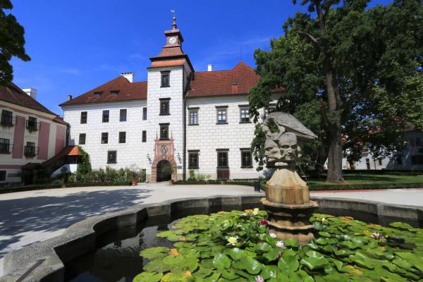 Malebné ubytování pro páry či rodiny až se 2 dětmi do 12 let zdarma v penzionu Kravín s polopenzí kousek od Třeboně a Bošileckého rybníka