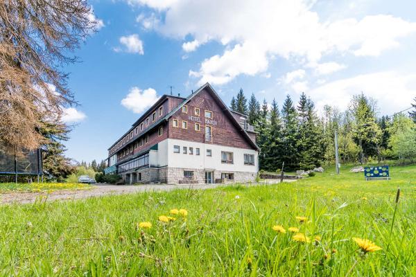 Pohodová dovolená v hotelu Maxov v krajině Jizerských hor s polopenzí, vstupem do sauny pro celou rodinu a platností do prosince 2021!