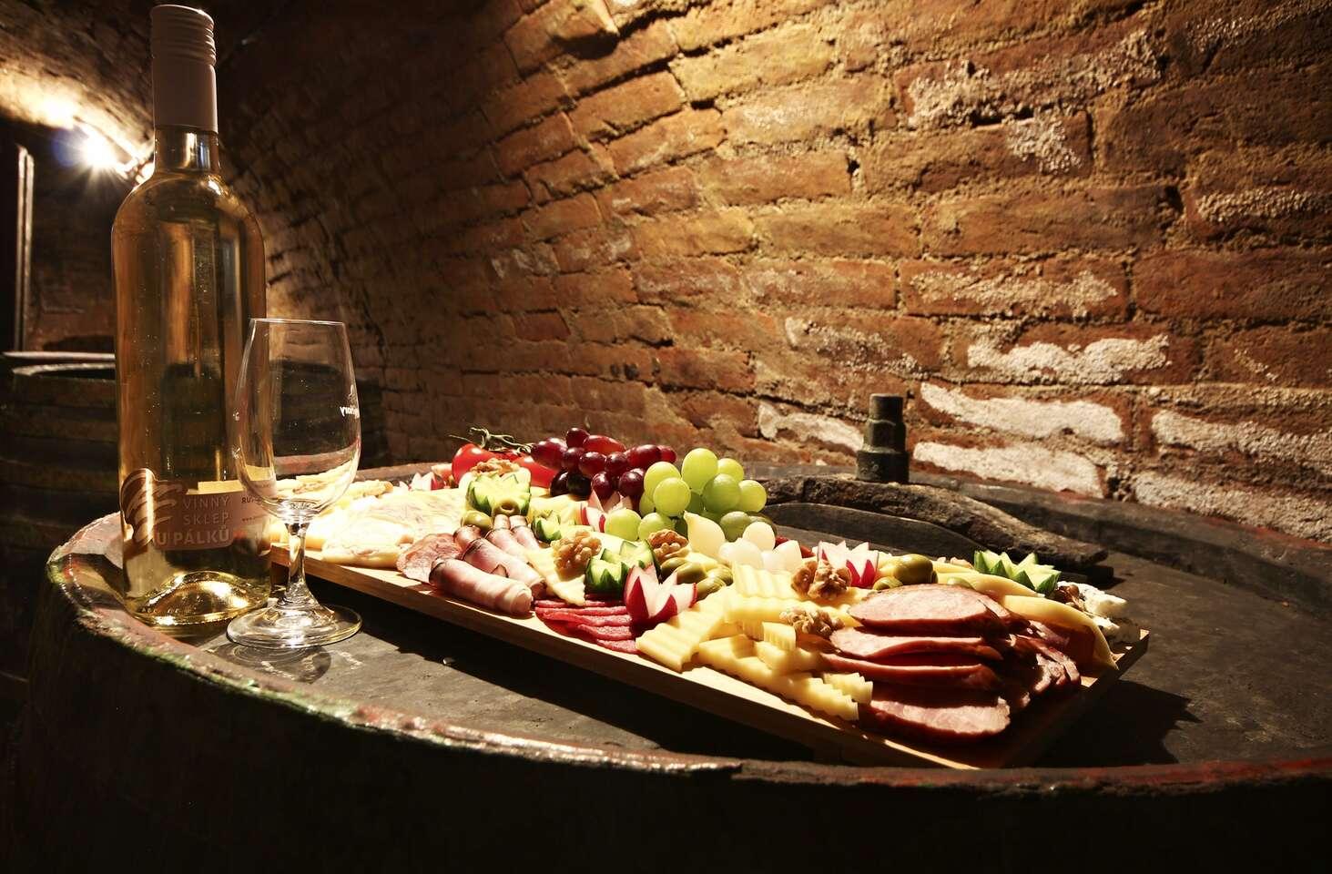 Vinařský pobyt ve všední dny na jižní Moravě v penzionu U Palečků s vinným sklepem a neomezenou konzumací vybraných vín s bohatým rautem
