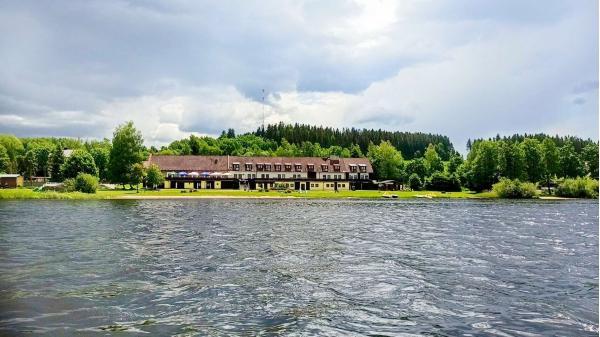Odpočinková dovolená na břehu Lipenského jezera v hotelu Jestřábí se snídaní či polopenzí