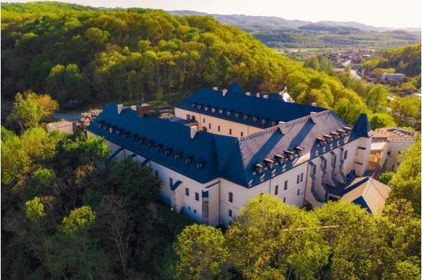 Královská dovolená v zámeckém hotelu The Grand Vígľaš **** s polopenzí a luxusním wellness