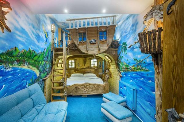 Romantický pobyt v tématických pokojích resortu Kocourkov s vířivkou, venkovním bazénem a lahví Čertovína
