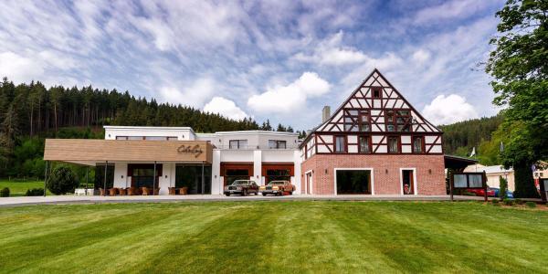 Resort Cihelny s polopenzí, neomezeným vstupem do wellness i možností golfu s trenérem
