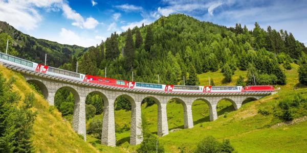 Výlet do Švýcarska za jedinečnými výhledy na Alpy z panoramatického vlaku nejkrásnější železnice světa