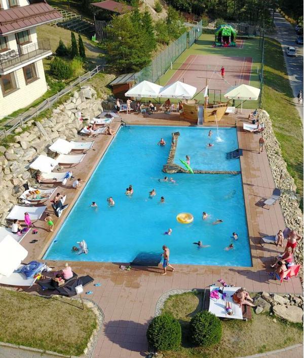 Léto v Hotelu Podlesí na 1 nebo 2 noci s polopenzí, bazénem, ubytováním v krásném pokoji Lux a vstupem do pohádkové vesničky Podlesíčko