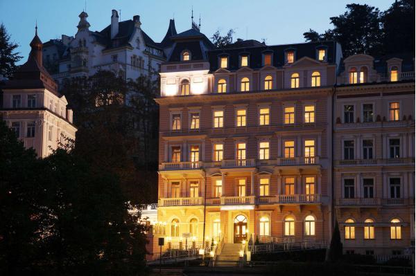 Karlovy Vary ve 4* luxusu Humboldt Park Hotel & Spa s polopenzí, neomezeným wellness, procedurami a platností do srpna 2021
