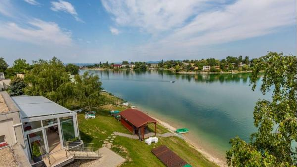 Dovolená na Slunečních jezerech s neomezeným bazénem, paddleboard-em a polopenzí