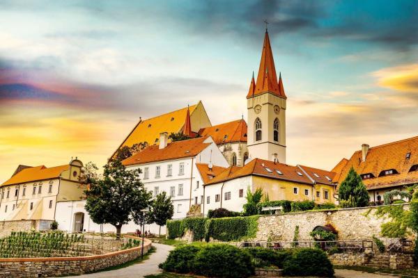 Neomezená konzumaci vína v Hotelu Weiss na jižní Moravě se snídaní i zvýhodněnou cenou na vstup do sauny a platností do prosince 2021