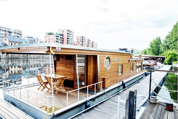 Netradiční ubytování až pro 6 osob v Houseboatu Bonanza s plně vybavenou kuchyní a třemi terasami v pražských Holešovicích