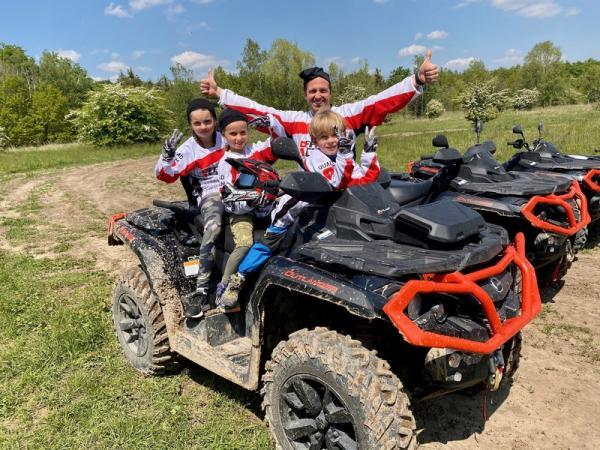 Rodinná jízda v terénu na ATV čtyřkolce